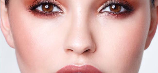 Beerentöne auf Lippen, Nägeln und auf den Augen